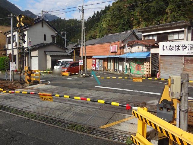 【道順1】県道3号から来ると今津踏切を渡り、いなばや酒店前を斜め左へ