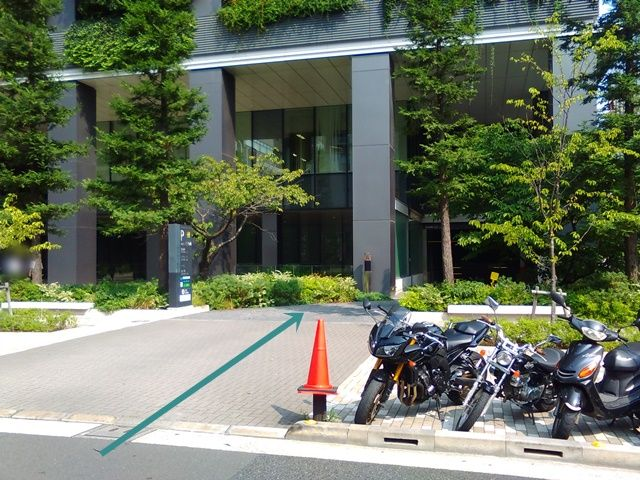 【道順1】駐車場入り口の写真です。歩行者等に気を付けて直進してください。