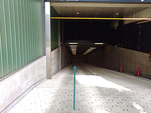 【道順2】地下通路へ直進してください。傾斜になっておりますので、お気をつけてお進みください。
