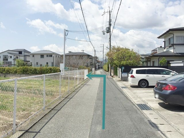 5.少し進むと、左手に畑が見えますので、その次の道を「左折」していただくとご利用駐車場入口になります。
