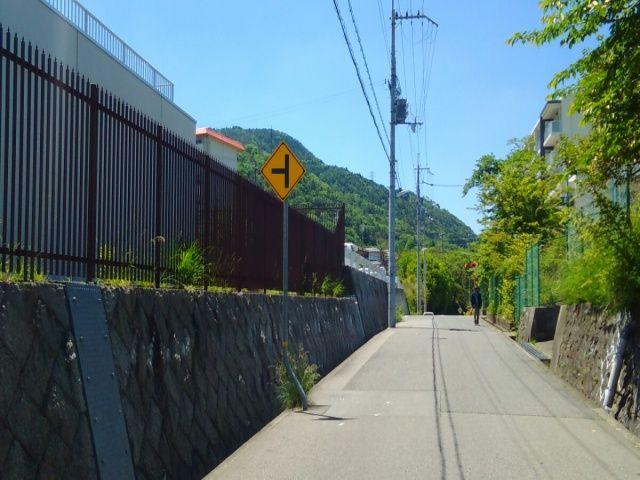 神戸市水道局唐櫃低区配水場を左手に、少し進みます。