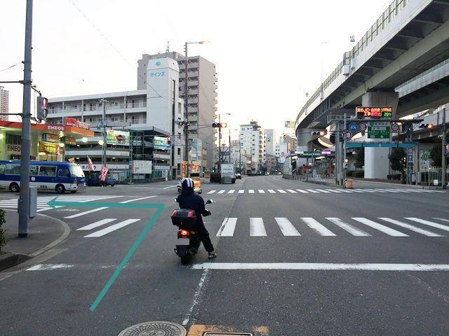 1. 「中央大通」を「辰巳橋交差点」から「南西」に進んでいただき、2つ目の信号を「左折」してください
