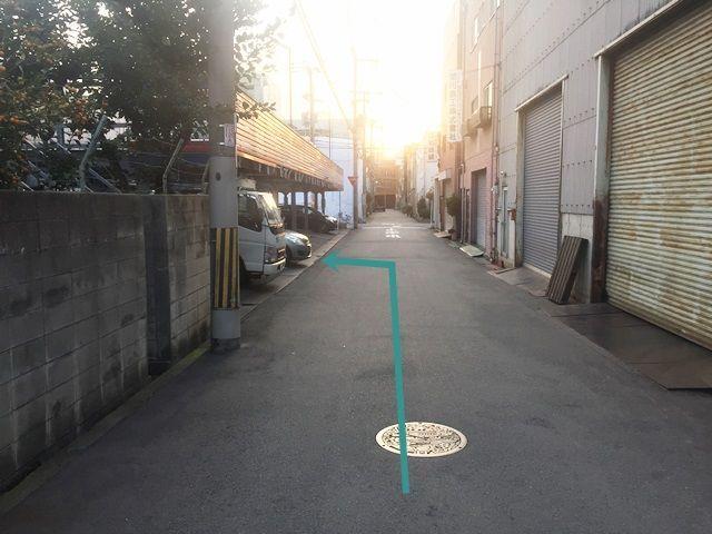 【道順8】道なりにお進みいただくと、「左側」に駐車場があります。