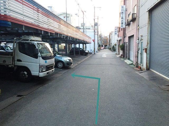 【道順9】駐車場の写真です。区画図を確認していただき、ご予約時のメールに記載しているスペース番号をしっかりとご確認のうえ駐車して下さい。