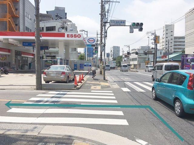 【道順1】第一京浜(国道15号線)を「鮫洲駅」方面から「立会川駅」方面へと向かって南へと進み、「大井消防署前交差点」を「左折」してください。