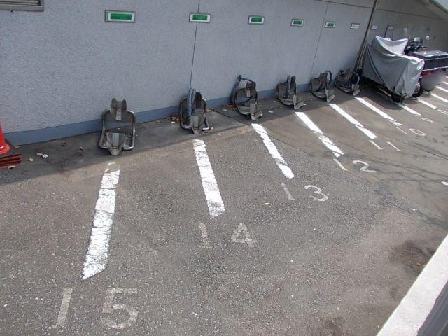 125ccまでの小型車専用車室です。輪留めに入れにくい場合は手前で止めていただいても結構です。