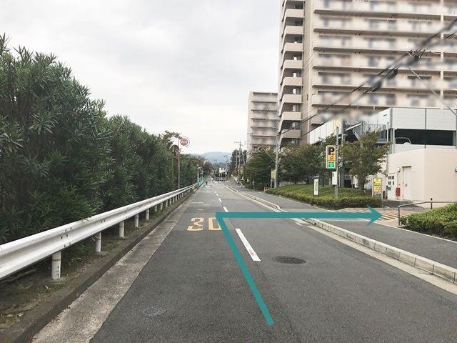 【道順1】府道119号線と水路を挟んで東側にある道路を「北」へ向かって進み、OPH北千里駅前「4号棟」を過ぎたところで「右折」してください。