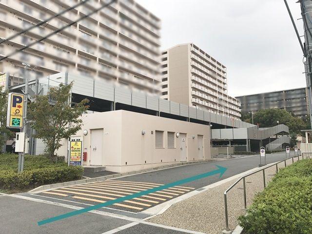 【道順2】「OPH北千里駅前4号棟」の「北側」にある立体駐車場へと進んでください。