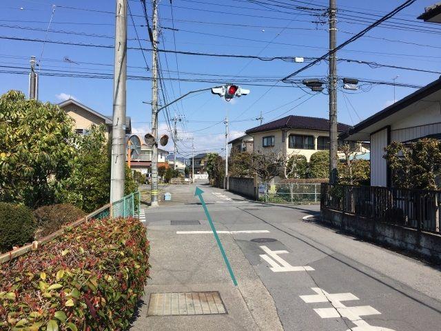 【道順2】道なりに進むと、点滅信号があるので、一時停止後、直進10メートル先左側です。