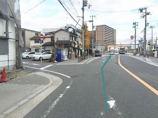 【道順1】「島屋交差点」から東南へ直進します。(※一方通行の進入はお止めください※)