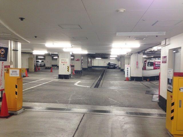 【道順1】現場に常駐している係員にakippa予約完了メールを提示し、akippaでの予約の旨、お伝え下さい。※駐車券は取らないで下さい。
