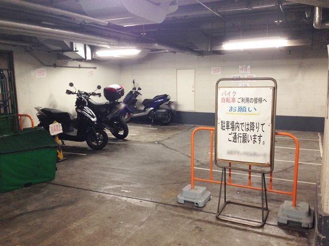 【道順2】バイク駐車場です。係員の指示に従い指定された番号の区画に駐車下さい。
