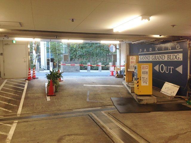 【道順4】お帰りの際には、乗車前に現場に常駐している係員に出庫する旨、お伝え下さい。乗車後は駐車場出口ゲートの脇からそのまま出庫下さい。