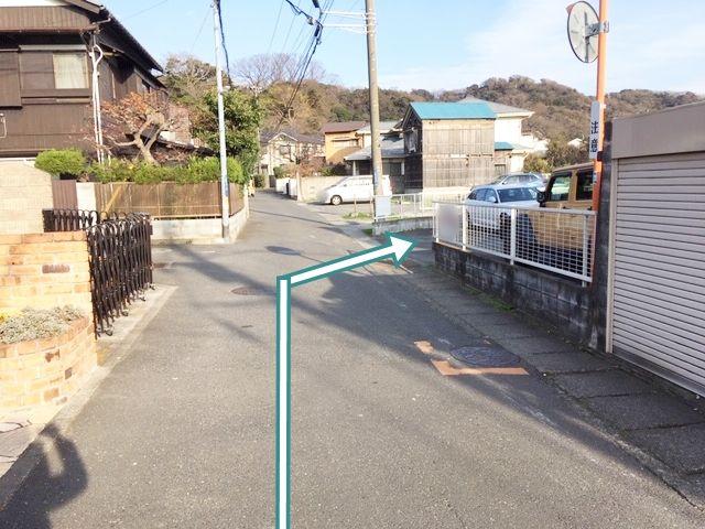2.左折後、直進すると右手に駐車場入口(※駐車場が密集しているため区画図要確認!)