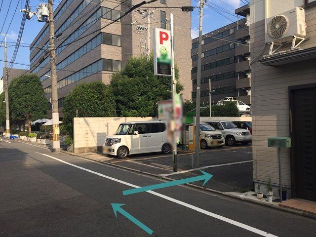 【道順7】こちらを右折して、細い道に入ってください。