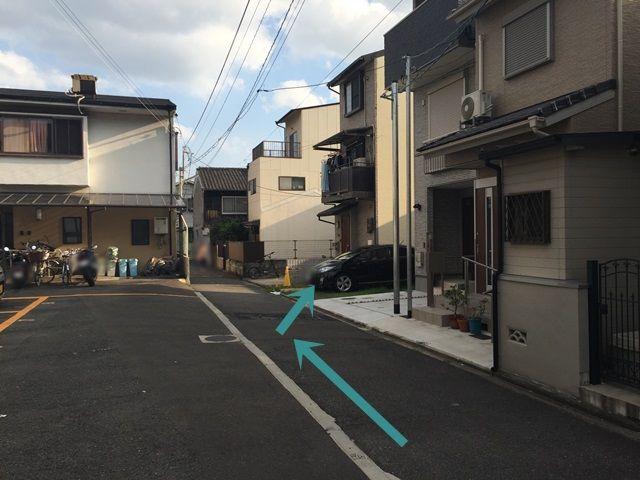 【道順9】右手側に駐車場がございます。スペース写真をご確認のうえ駐車をお願いします。