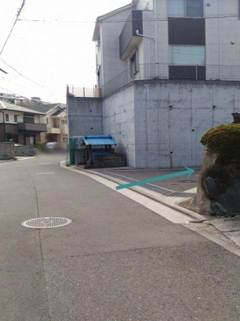 こちら進入後、直進すると左手に当駐車場がございます。