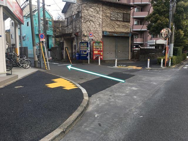 【順路2】こちらを左折します。左折後、すぐ左側に駐車場がございます
