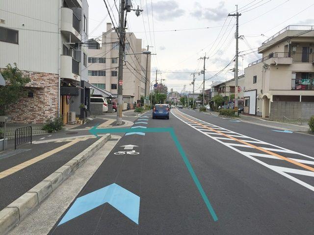【道順1】府道99号線を阪急宝塚線方面から阪神高速方面へ向かって「西」へと進み、「岡町交差点」から2つ目の道を「左折」してください。