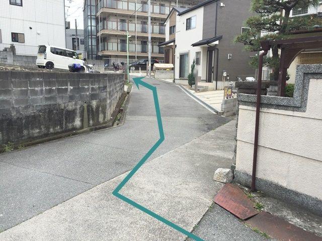 【道順4】T字路を右折後、道なりに直進してください。