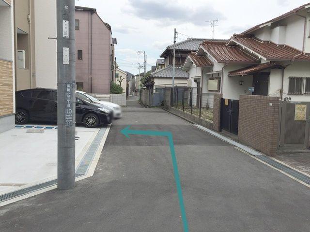 【道順8】左折後、すぐ「左手」にご利用駐車場がございます。区画図等もご確認いただき、ご予約されたスペースに駐車してください。