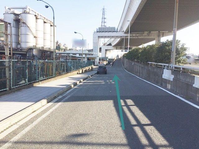 【道順2】側道へ進入後、直進してください。
