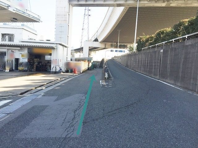 【道順3】すぐ国道43号線への合流地点がありますが、側道へと進んでください。