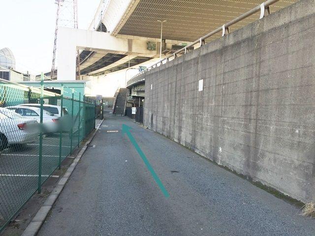 【道順5】右手奥にご利用駐車場が見えてきますので直進してください。