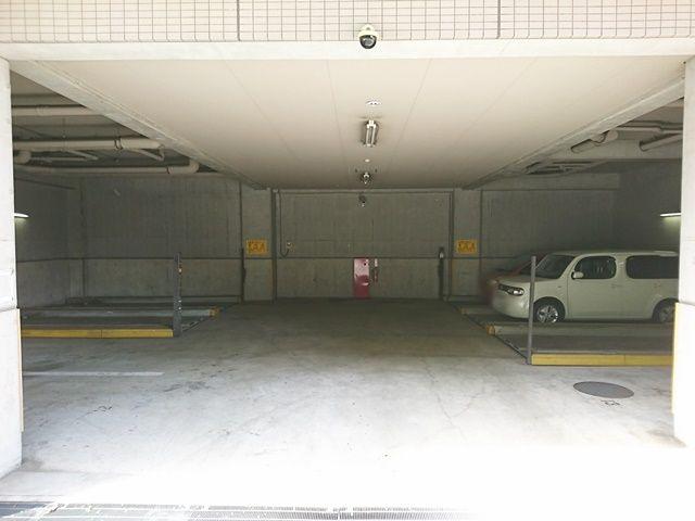 屋内駐車場には「平置き」と「機械式」の2種類ございます。必ずご予約されたスペースに駐車してください。