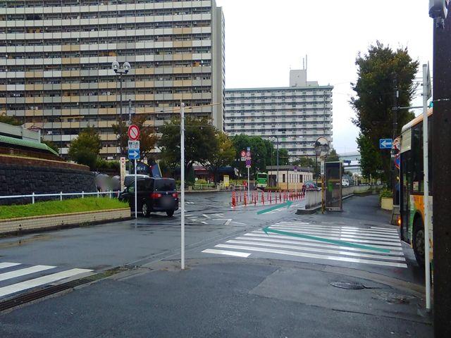 【順路2】左折後すぐに分岐点がございますので、「一般車」専用道路へ進んでください。※※バス専用道路は交通規制があるため進入禁止です※※