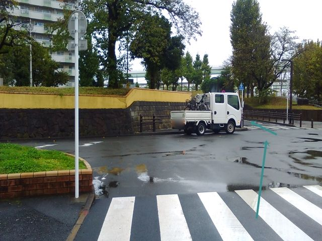 【順路3】「一般車」専用道路を通過し、さらに直進します。その後、道なりに進むと左手に駐車場が見えてきます。
