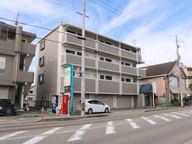 兵庫県立明石南高校の前の道路を西に進むと、左手にマンション「ヴェルジーネ」が見えます。この建物の裏側に駐車場があります。