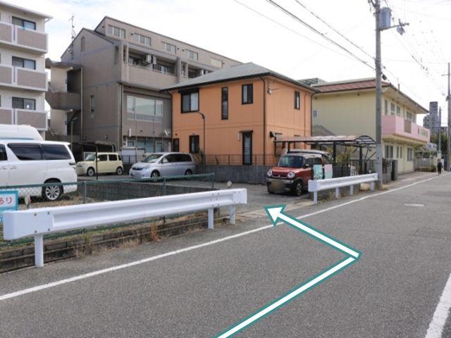 保育園と民家の手前に駐車場があります。
