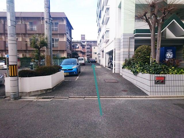 【道順1】マンションの入口を正面に見て、左側に駐車場入口がありますので、そこを突き当りまで直進してください。