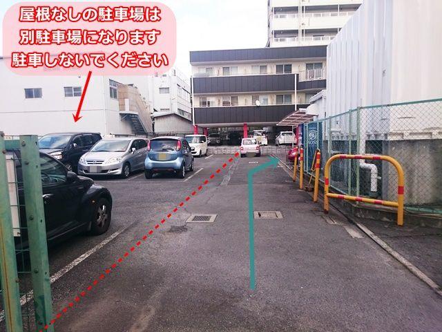 【道順4】少し進むと「右側」にご利用駐車場があります。左側にある駐車場は別駐車場ですので、駐車しないでください。