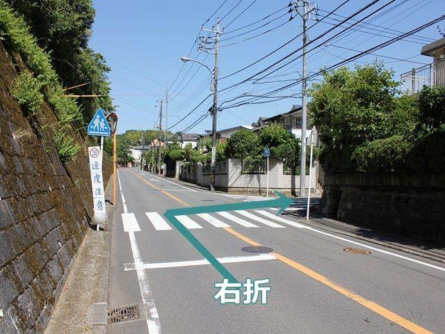 【道順1】掲載している駐車場周辺マップの写真の赤い★の場所です。こちらの角を右折してください。