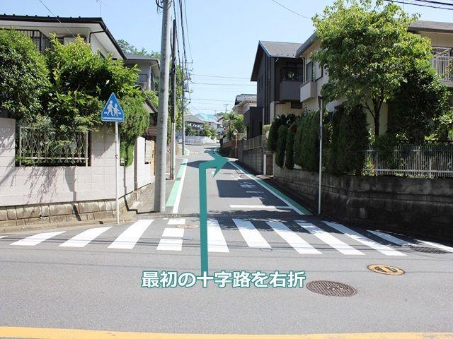 【道順2】大通り右折後、最初の十字路を2回目の角を「右折」します。スクールゾーンなので、徐行してください。