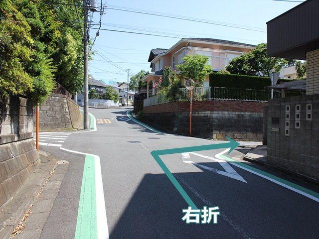 【道順3】2回目の角を曲がる直前の風景です。十字路を「右折」します。