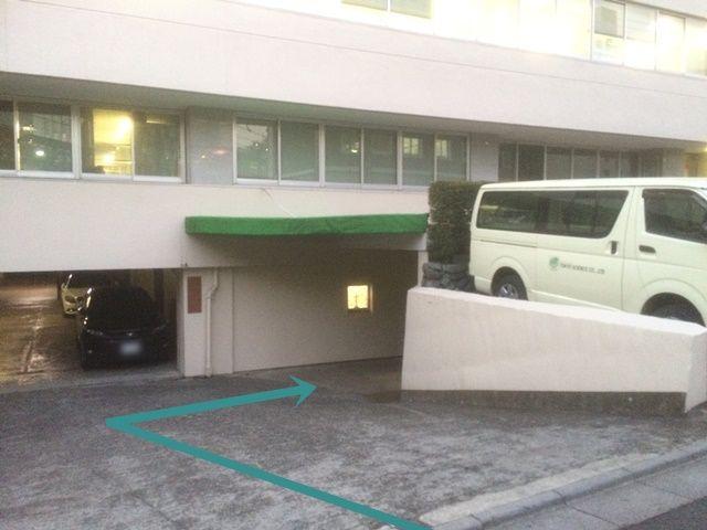 スロープを降りて右側にご利用駐車場がございます。