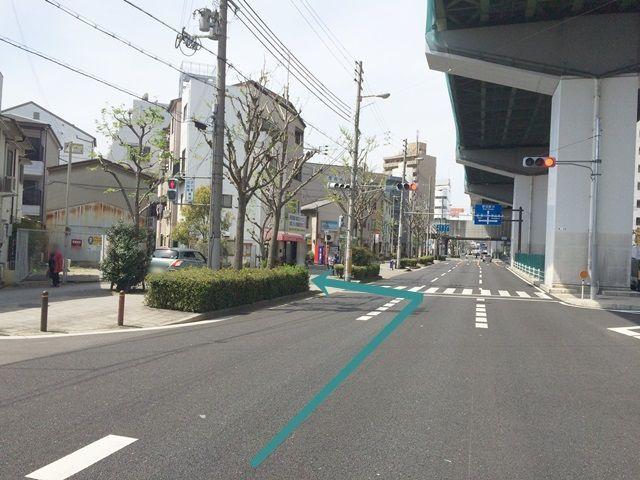 【道順1】新なにわ筋の「上船津橋北詰交差点」から「野田阪神駅方面」へと進み、3つ目の交差点を過ぎて信号の下にある「横断歩道」を「左折」してください。