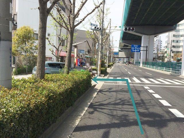 【道順2】ここを「左折」して歩道へと進んでください。