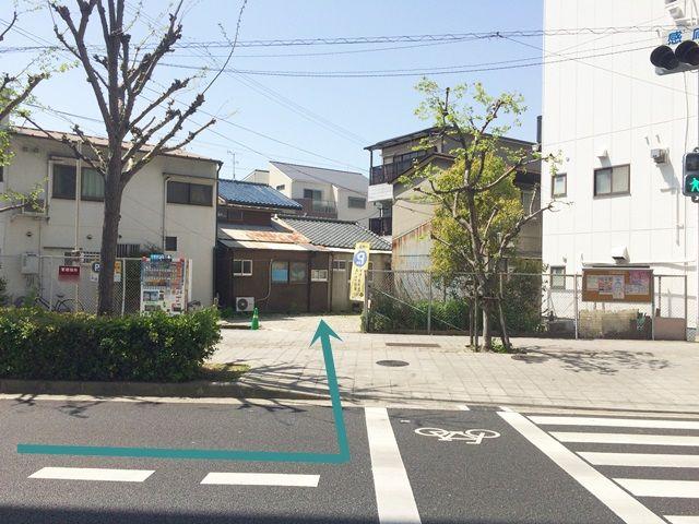 【道順3】歩道を越えた奥にご利用駐車場がございますので、通行人等に十分注意して進んでください。