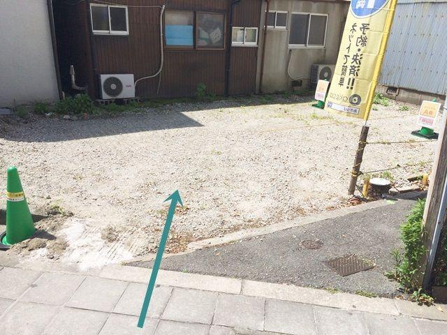 【道順4】ご利用駐車場入口になります。入口部分に段差がございますのでお気をつけ下さい。