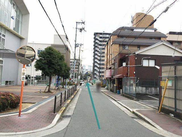 3.「左側」に「大阪市立都島屋内プール」が見えてきます。そのまま道なりにお進みください。