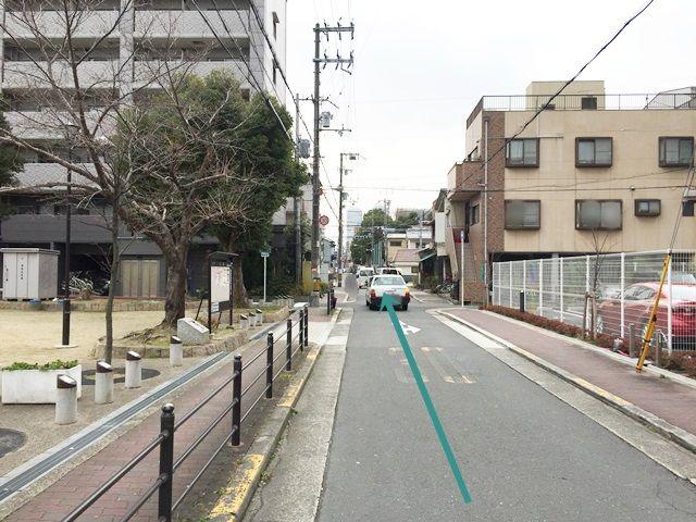 4.「左側」に「公園」が見えてきます。そのまま道なりにお進みください。