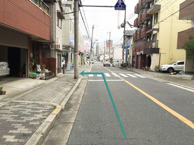 7.「自転車販売店」を目印に手前の道を「左折」してください。