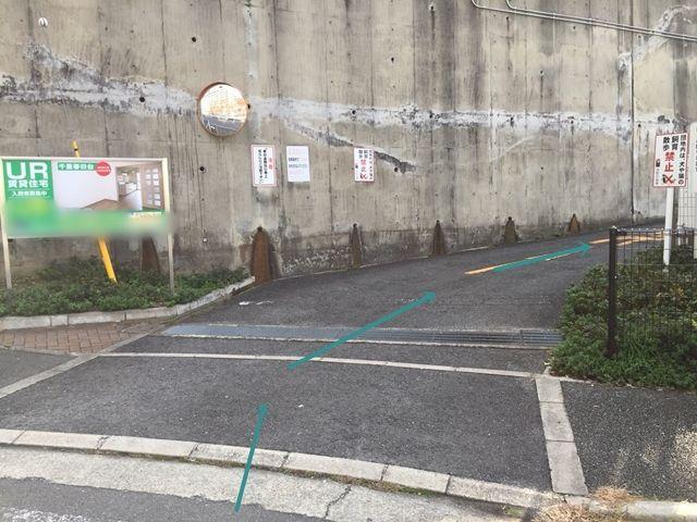 【順路2】左折後すぐ右手に駐車場入口の傾斜があります。
