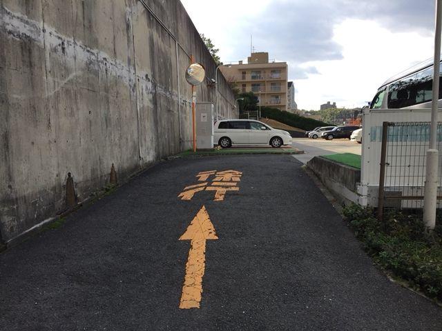 【順路3】傾斜を上っていただくと、駐車場がございます。