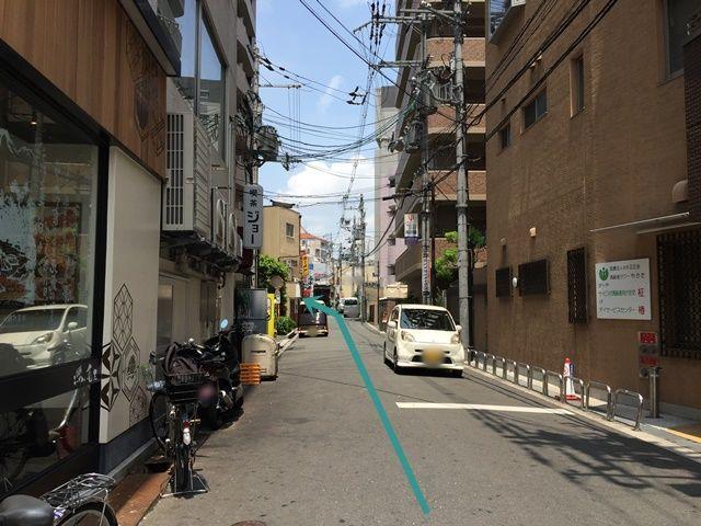 【道順3】左折後、矢印の通りに直進していただくと「左側」に駐車場が見えてきます。