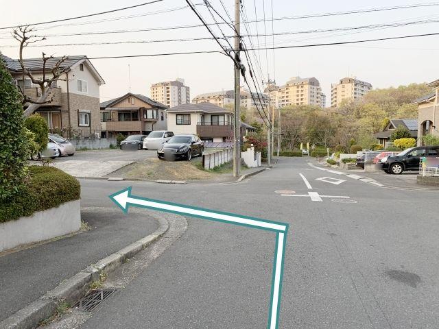 すぐ最初の十字路を左折します。